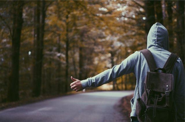 Молодой человек любит путешествовать по стране.