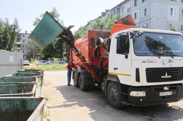 Приставы арестовали упредприятия-должника 4 мусоровоза