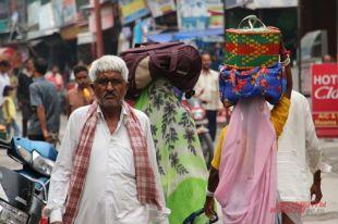 Тысячелетние традиции здесь успешно смешиваются с современностью. Индусам удобно так жить...