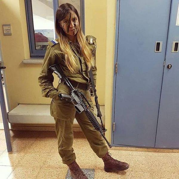Маскировка на ее лице не мешает ей быть красавицей, которая служит в израильской армии
