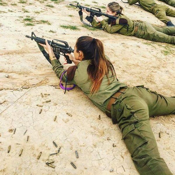 Как видим, израильские девушки тренируются стрелять. Интересно стреляют они также точно, как и хорошо выглядят?