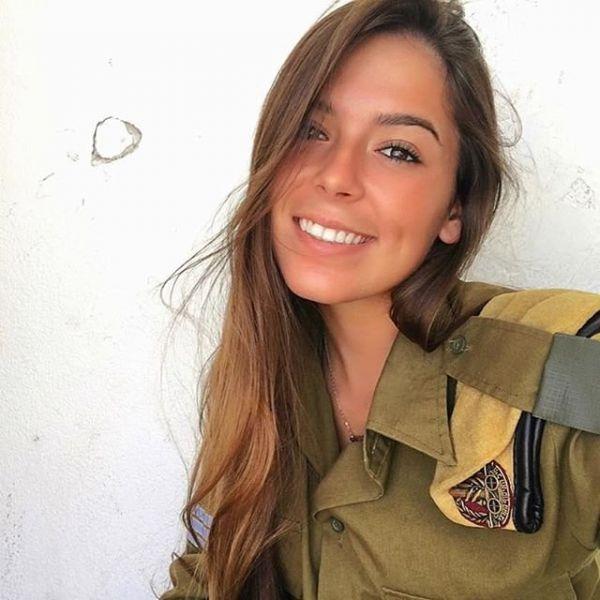 Улыбка настолько ослепительная, что если бы эта девушка была снайпером, ей бы пришлось намазывать зубы мазутом, чтобы не выдавать свою позицию при ярком свете солнца