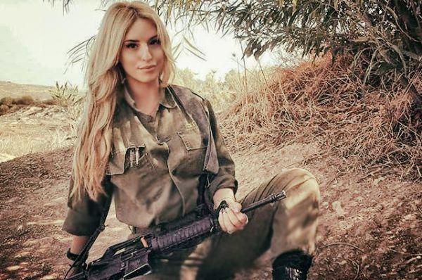 Не верится, что эта блондинка сидит с оружием где-то под кустом в поле, а не позирует для какого-нибудь журнала