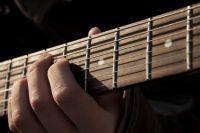 Простое перебирание струн хорошо развивает и укрепляет мышцы пальцев.