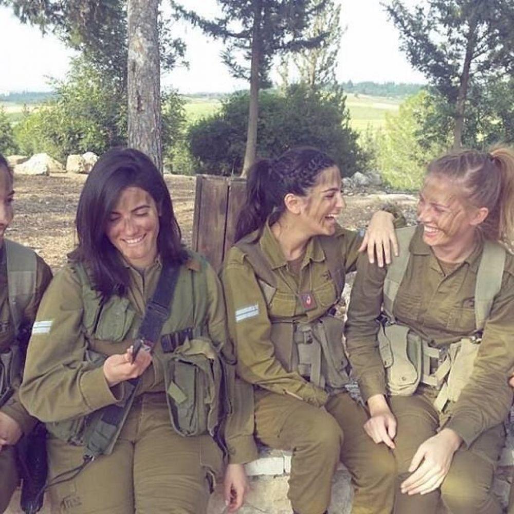 Такое ощущение, что все эти израильские девушки обожают службу - так улыбаются постоянно на фото
