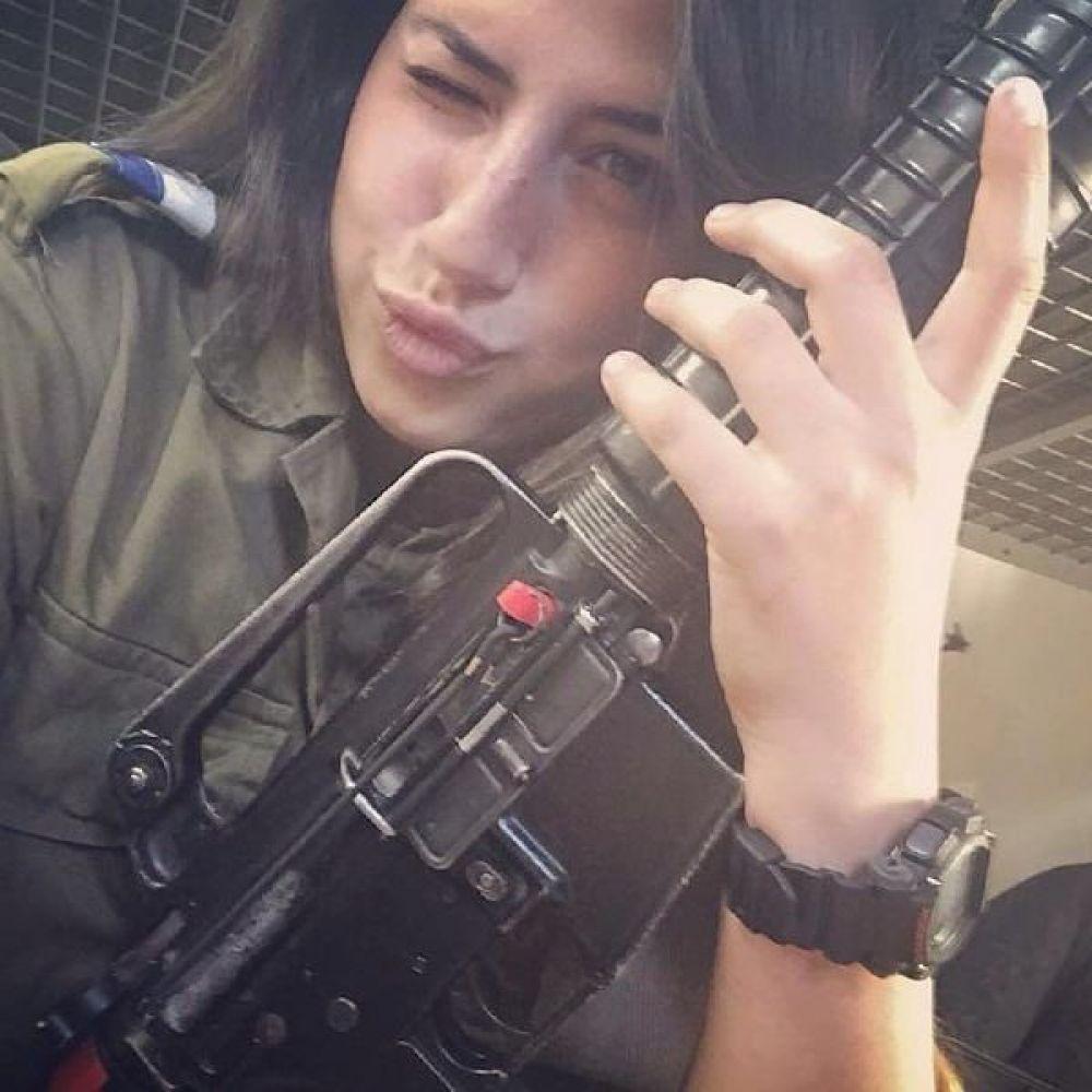 Никогда бы не подумали, что девушкам вообще может нравится оружие, а в Израиле они сталкиваются с этим каждый день