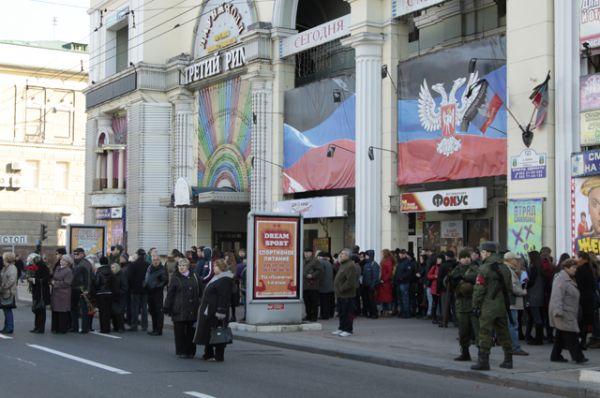 Жители Донецка на церемонии прощания с командиром ополчения ДНР Арсением Павловым в здании Донецкого государственного академического театра оперы и балета.