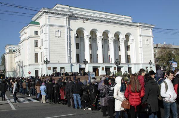 У здания выстроилась очередь, люди приносили на церемонию цветы.
