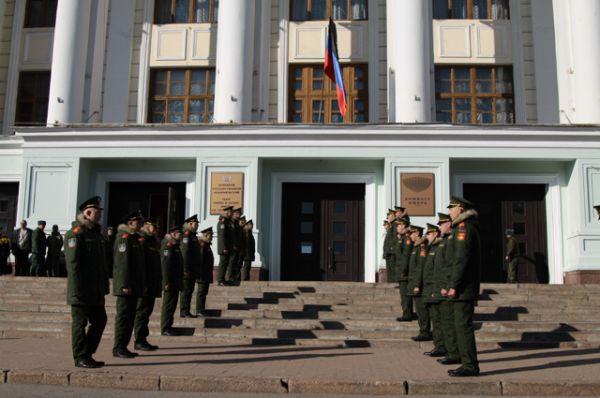 На церемонии присутствовал почетный караул и представители командования сил Донецкой народной республики.