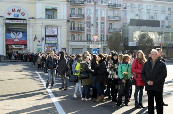 Траурная церемония прошла в театре оперы и балета в центре города. Почтить память погибшего пришли несколько тысяч человек.
