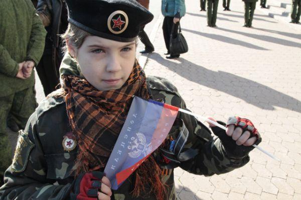 Жительница Донецка Ангелина с флажком, на котором Моторола оставил ей автограф.