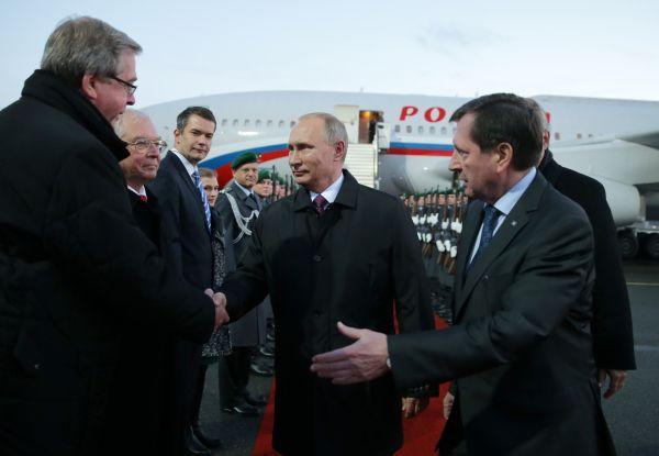 Президент РФ Владимир Путин во время встречи в аэропорту Берлина.