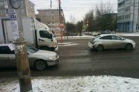 В аварии больше всего пострадала белая иномарка.