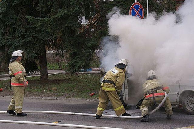 ВКрасноярске ребенок поджег чужую машину, кинув внеё зажженную бумагу