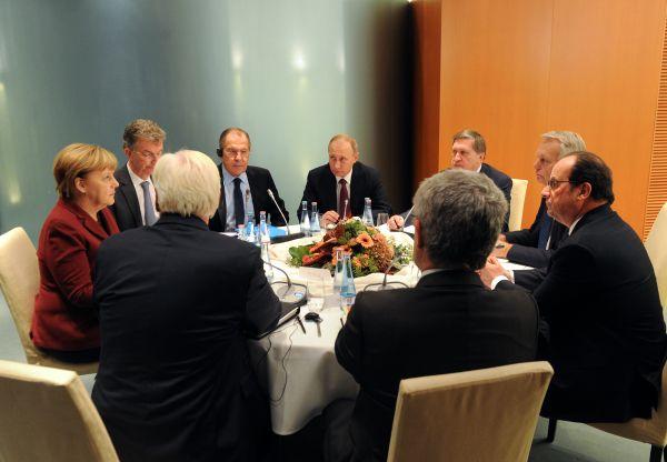 Президент РФ Владимир Путин, федеральный канцлер Германии Ангела Меркель (слева) и президент Франции Франсуа Олланд (справа) во время трехсторонней переговоров по ситуации в Сирии в ведомстве федерального канцлера Paul-Lobe-Haus в Берлине.
