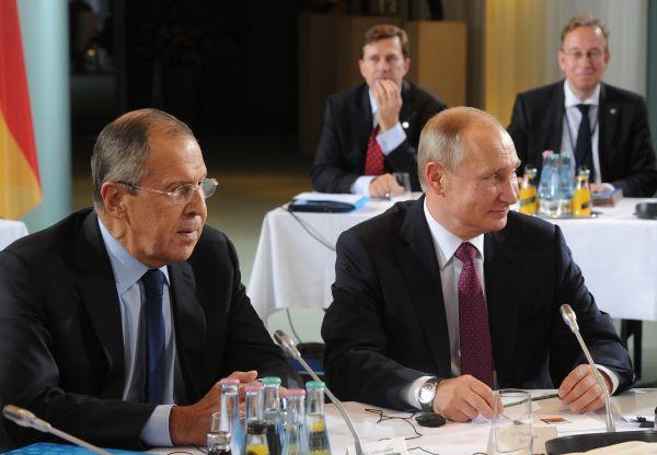 Президент РФ Владимир Путин и министр иностранных дел РФ Сергей Лавров.