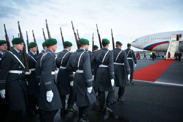 Почетный караул у трапа самолета во время встречи президента РФ Владимира Путина в аэропорту Берлина.