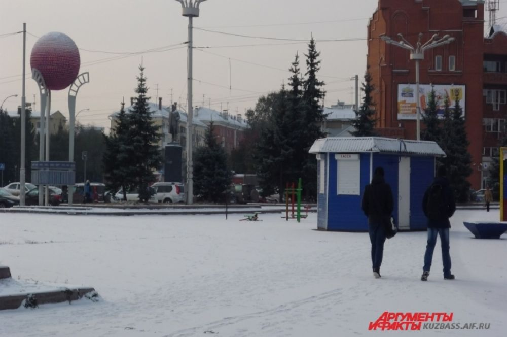 Горожане неспешно прогуливаются по первому, такому чистому снегу.