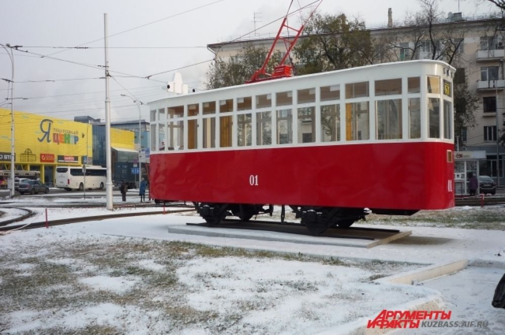 Этот трамвайчик впервые увидел снег. Ведь его установили минувшим летом.