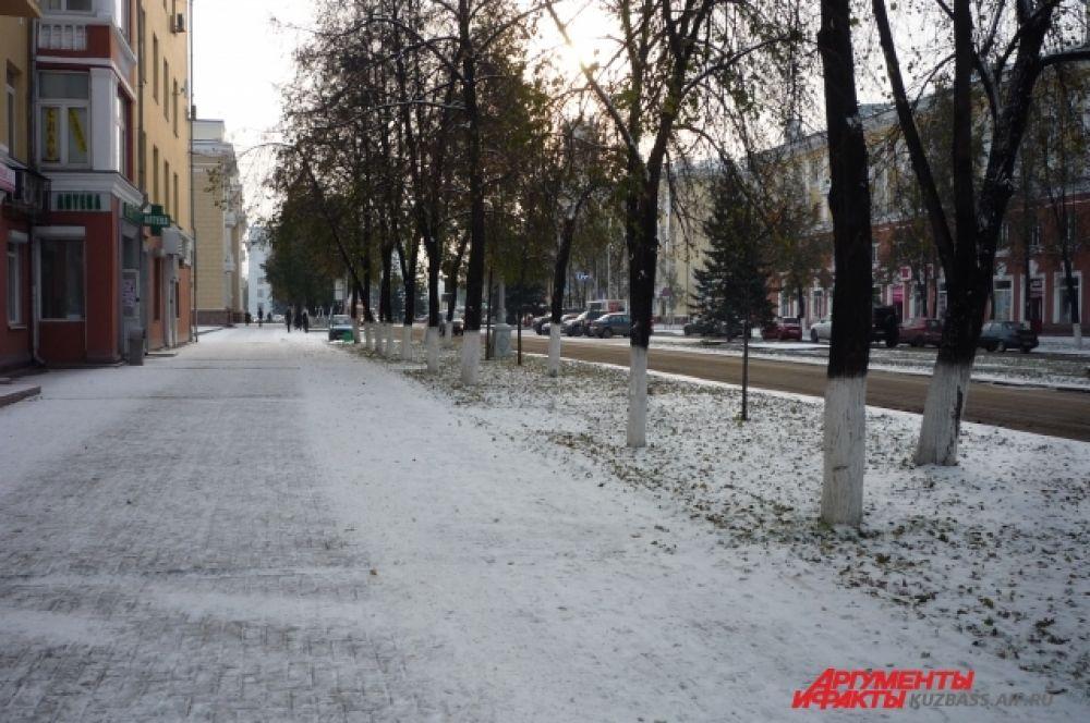 Прогуляться по первому снегу - сплошное удовольствие.