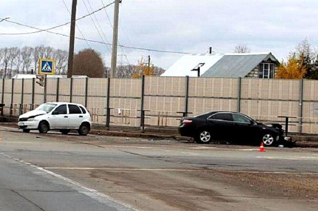 Однако обходе Вологды столкнулись Тойота Camry иЛада Калина, пострадали 4 человека