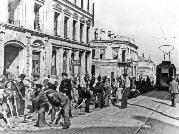 Первый трамвай после Великой Отечественной войны пошел 7 ноября 1947 года. Первый вагон трамвая вела водитель Мария Харитонова от моста через Днепр вверх по Большой Советской. Жители города встречали трамвай радостно и со слезами на глазах. Через некоторое время вслед за вагоном пошли еще два трамвая.