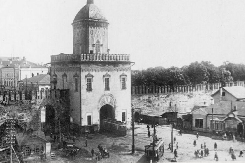 Идея строительства городской железной дороги в Смоленске появилась в 1898 году, вероятно, под влиянием строительства трамвая в Киеве в 1892 году и в Нижнем Новгороде в 1896 году. На фото нынешняя площадь Победы.