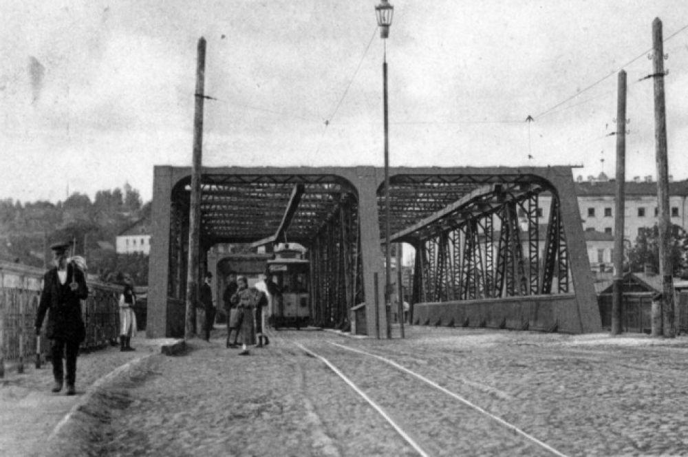Мост через железнодорожные пути.