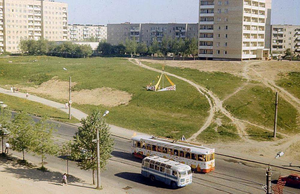 В 80-е годы в праздничные дни на улицах Смоленска можно было увидеть украшенный трамвай, на котором возили оркестр и аниматоров. Фотоснимок сделан на улице 25 Сентября.