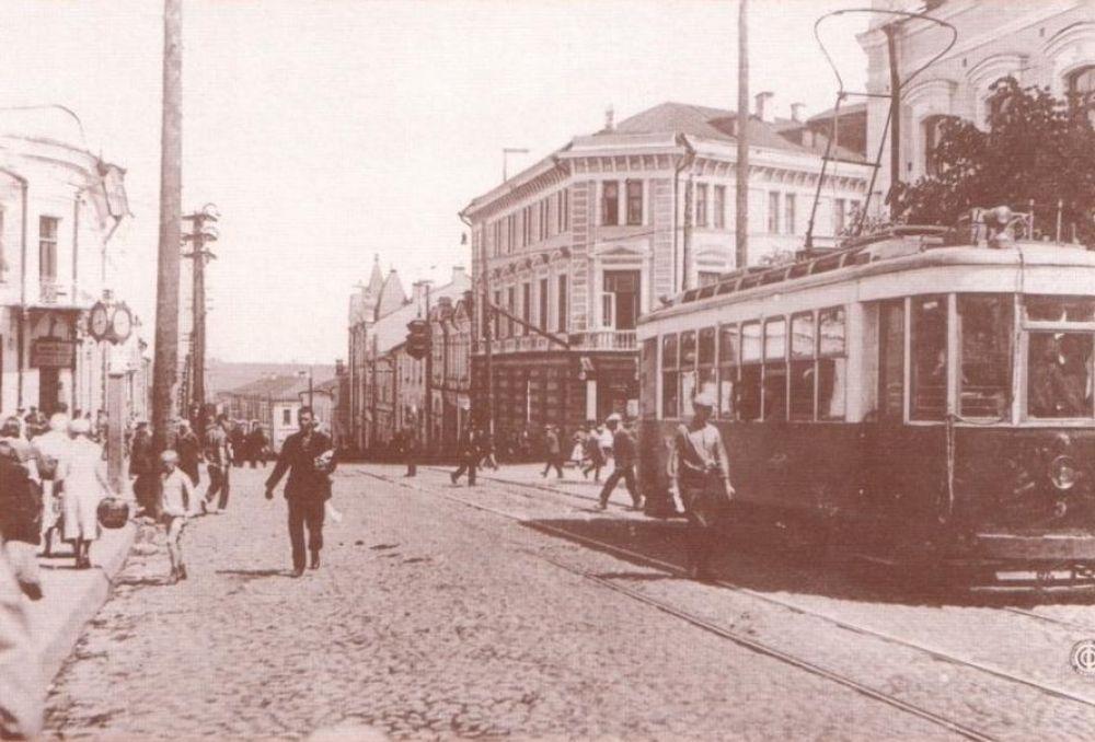 На фото улица Большая Советская в 1930 годы. В это время на многих участках были уложены вторые пути, работали 22 вагона.