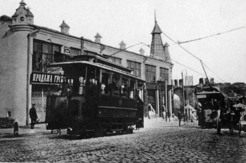 Изначально вагоны курсировали по двум маршрутам: «Вокзал — Никольские ворота» и «Вокзал — Губернаторский пролом».
