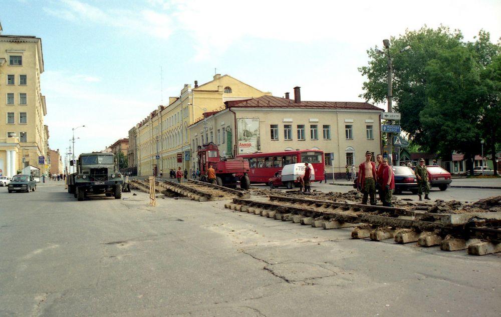 В мае 2001 года была закрыта линия на улице Большой Советской и однопутная линия на улицах Тухачевского и Исаковского. На фото демонтаж путей на площади Победы.