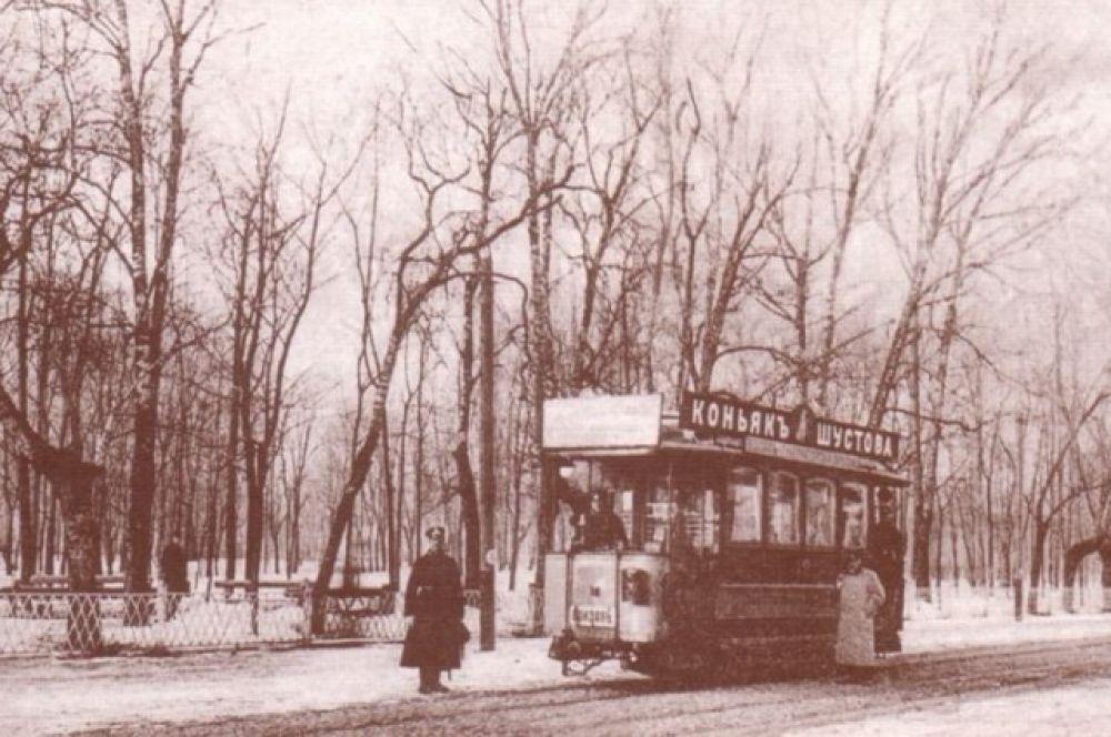 С открытием трамвайного движения в центре города были проложены рельсы вокруг северной и западной части парка Блонье.  Пути проходили по нынешней улице Ленина и поворачивали в сторону Октябрьской революции, шли через губернаторский пролом на улицу Дзержинского.