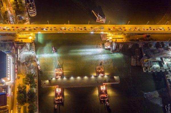 Конструкцию поднимали на высоту 35 метров над уровнем реки Дон со скоростью примерно 5 метров в час.