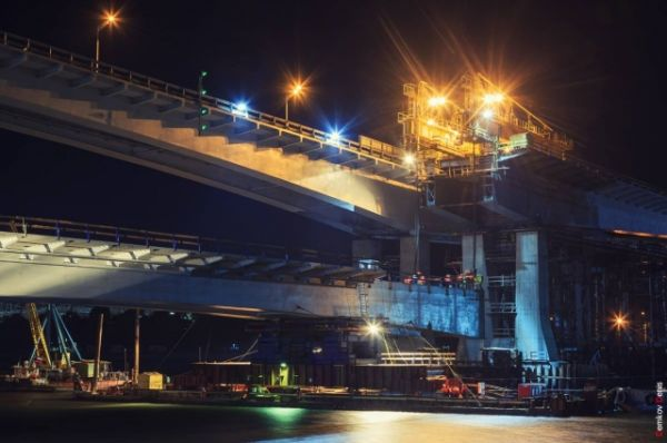 Делали это с помощью специальных мощных монтажных механизмов – четырёх домкратов 500-тонников.