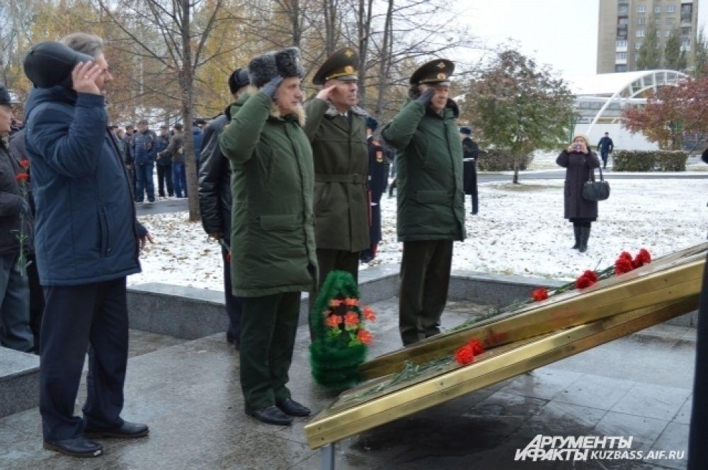 На деньги выпускников в 2011 был создан памятник КВВК. Проект монумента разрабатывала вдова погибшего при исполнении бывшего ученика училища.