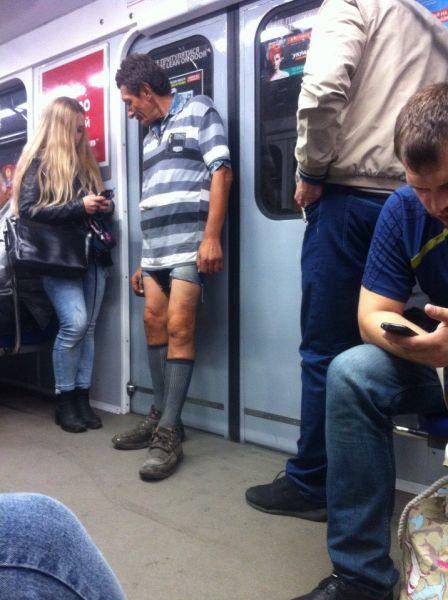 Может этот мужчина не нашел подходящей футбольной формы для матча с друзьями? Смотрите, какие житомирские гетры с узором!
