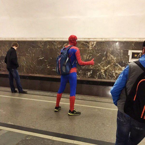 Два вопроса по этому фото: что человек-паук с его способностями делает в метро и почему он хочет его «словить», как такси? «Эй, подкиньте до следующей станции, у меня перестала выделяться паутина»