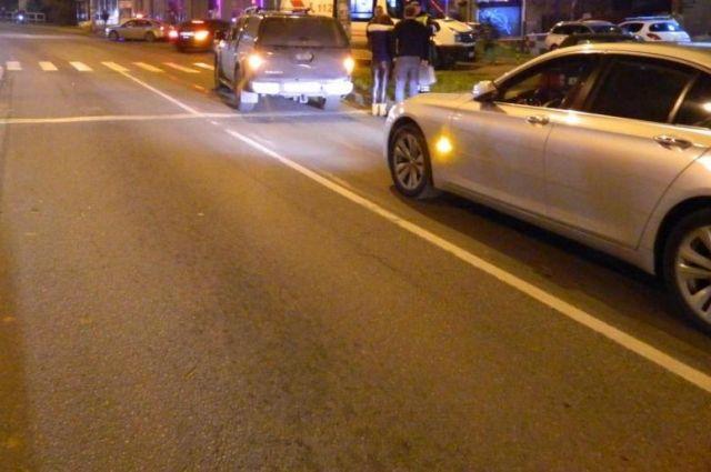 В Калининграде автобус сбил водителя, толкавшего сломавшееся авто.