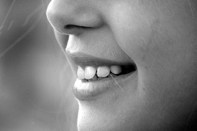 Заикание сопровождается судорогами мышц, поэтому человек не может сразу произнести нужный звук.