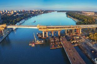 «Золотая нить» Ворошиловского моста по одной из версий соединяет Европу и Азию, т.к. граница проходит по реке Дон.