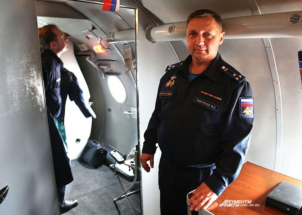Пилотировал ТУ-134УБЛ  командир учебной авиационной базы полковник Вячеслав Табаченко.