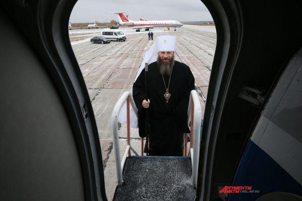 Митрополит Никодим поднимается на борт самолёта