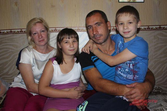 «Наш папа самый лучший!» - говорят Катя и Егор.