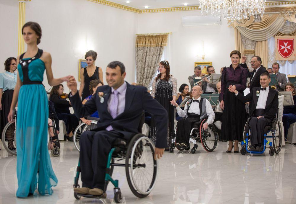 Кроме танцев, традиционно проходили конкурсы на лучшую прическу и платье, а также выбирали Короля и Королеву бала