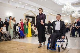 Первая леди организовала бал для инвалидов
