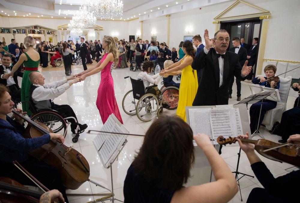 Живая музыка от оркестра наверное, все же лучше, чем дикая электроника где-нибудь в клубе