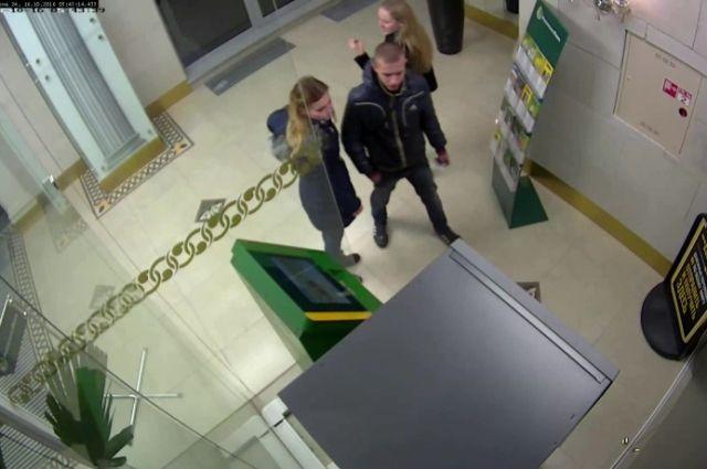 В Калининграде ищут парня и двух девушек, снявших с чужой карты 93 тысячи рублей.