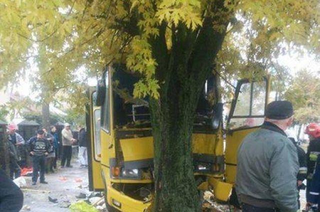 Маршрутка полная пассажиров влетела вдерево воЛьвове: размещены ужасные фото