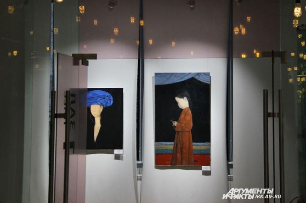 """На некоторых полотнах в композицию включены очень современные вещи: наушники, мобильный телефон, они становятся """"изюминками"""" картин. Сам автор выделяет их. К примеру, полотно справа называется angry birds по имени популярной игры для гаджетов."""